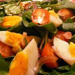 Sałatka  z jajkiem i boczkiem