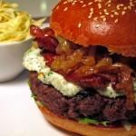 Hamburger z serem pleśniowym, boczkiem i karmelizowaną cebulką oraz sałatka Coleslaw