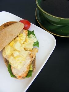 kanapka z kurczakiem i sosem ananasowym