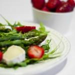 Sałatka z zielonych szparagów, truskawek i koziego serka
