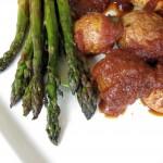 Kurczak BBQ ze szparagami i młodymi ziemniakami