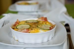 Jajka zapiekane z suszonymi pomidorami i cukinią