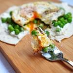 Tortilla śniadaniowa z jajkiem, ricottą i groszkiem