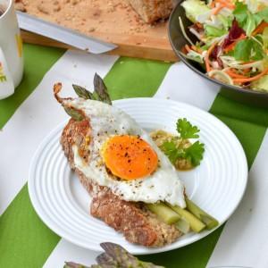Jajko sadzone na szparagach z sosem piniowym